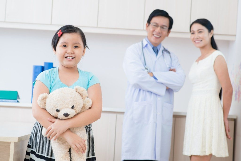 Kid with doctor and mom