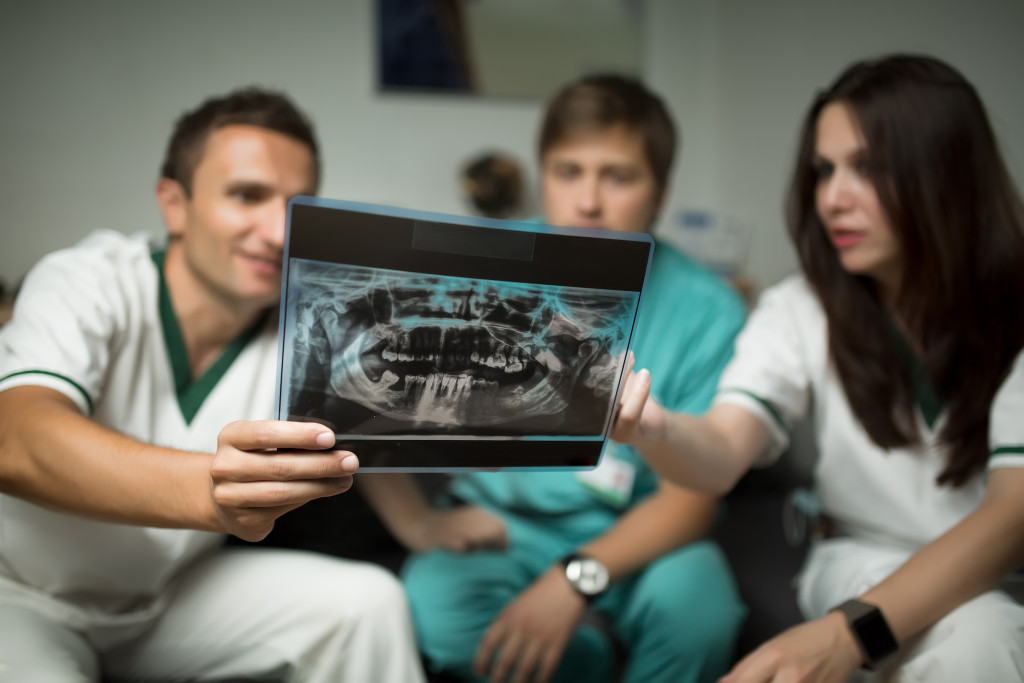 healthcare professionals with x-ray image